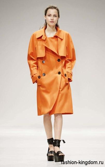 Весенний тренчкот оранжевого цвета, прямого покроя, длиной до колен, с объемными рукавами от Escada.