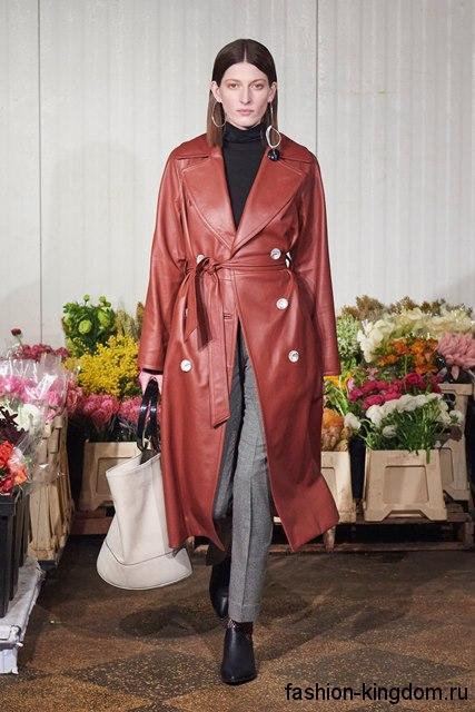 Длинный кожаный тренчкот темно-красного цвета, свободного покроя, с пояском из коллекции Simon Miller.