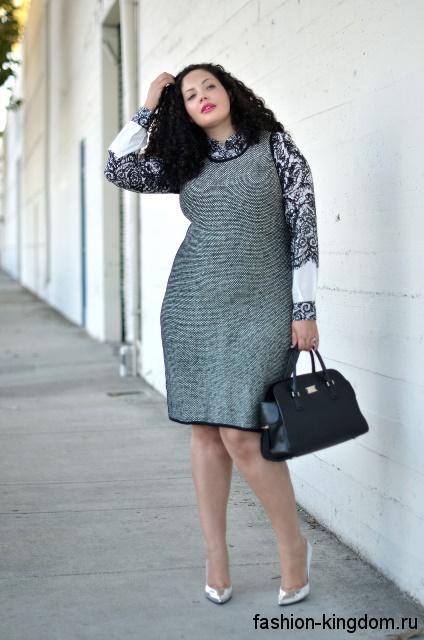 Платье серого цвета классического фасона, без рукавов для полных девушек в сочетании с черно-белой блузкой
