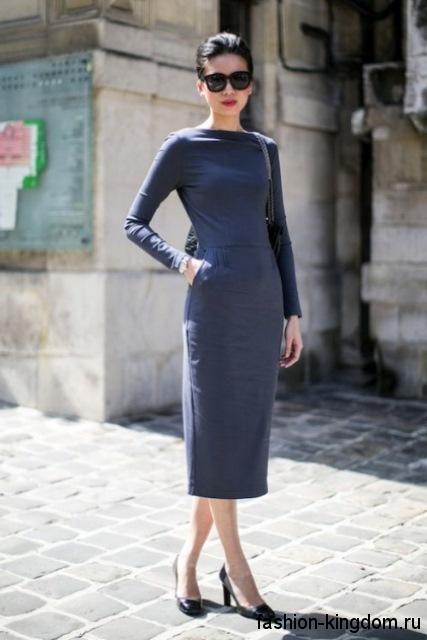 Классическое серое платье приталенного фасона, длиной ниже колен, с длинными рукавами в тандеме с туфлями на каблуке.