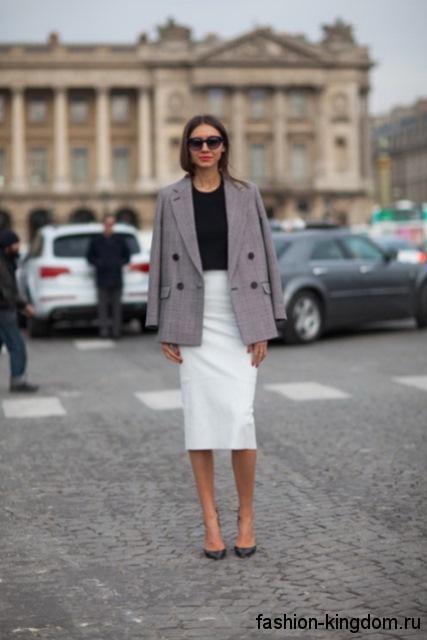 Классическая юбка-карандаш белого цвета, длиной ниже колен сочетается с черной блузой и пиджаком серого тона.
