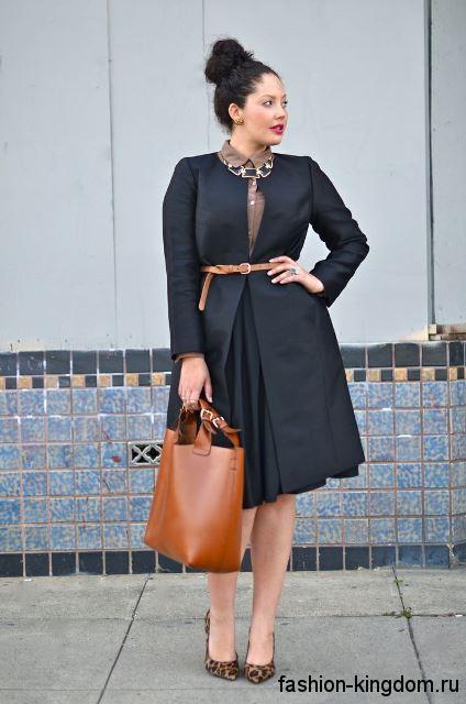 Черный плащ классического фасона, длиной до колен в сочетании с плиссированной юбкой-миди и коричневой блузой.
