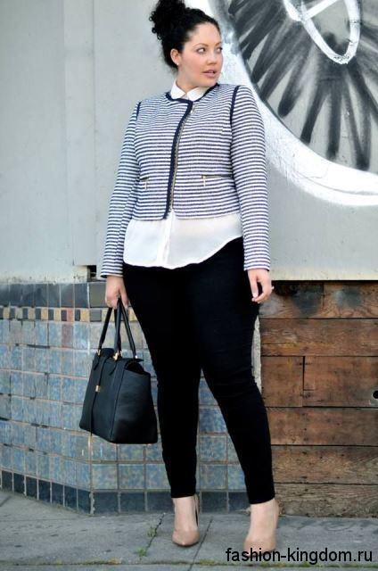 Узкие черные брюки сочетаются с белой блузкой и коротким жакетом черно-белого тона в полоску.