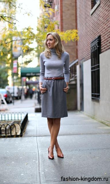 Лакированные коричневые туфли на каблуке сочетаются с классической юбкой-миди серого цвета и водолазкой светло-серого тона.
