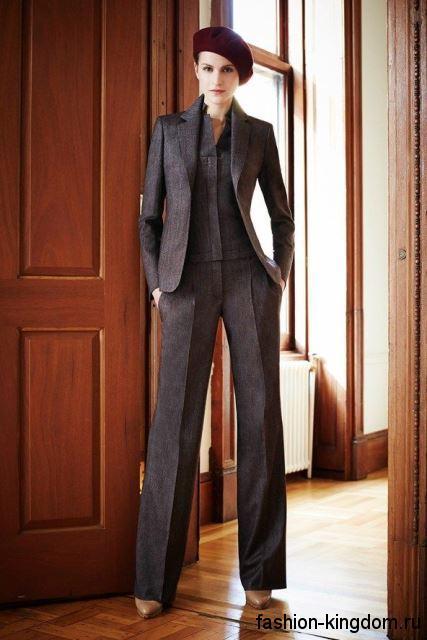 Классический брючный костюм темно-коричневого цвета в сочетании с туфлями на каблуке от Akris.