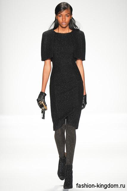 Платье черно цвета, приталенного фасона, длиной до колен, с короткими рукавами из коллекции Badgley Mischka.