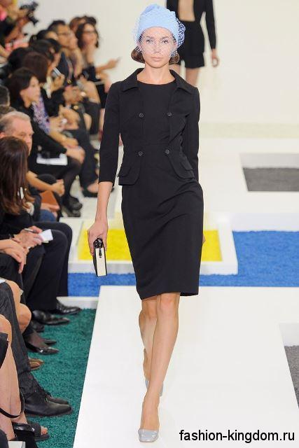 Классическое платье черного цвета, приталенного фасона, длиной до колен, с рукавами до локтей от Jil Sander.