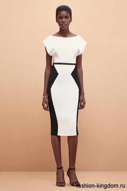 Классическое платье-футляр белого цвета с черными вставками, длиной миди, с короткими рукавами от Kimora Lee Simmons.