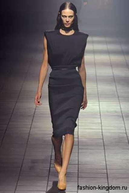 Платье черного цвета длиной до колен, приталенного фасона, без рукавов, с тонким пояском от Lanvin.