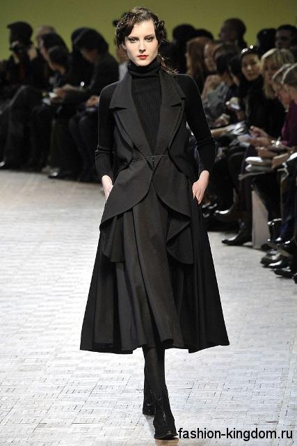 Платье-миди черного цвета с объемной юбкой, без рукавов сочетается с черной водолазкой из коллекции Limi Feu.