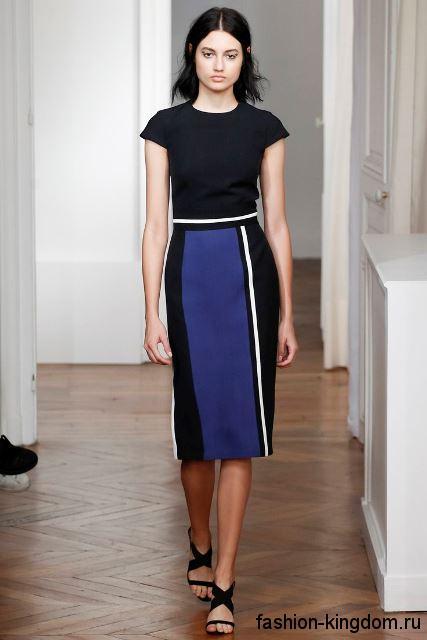 Юбка-миди классического покроя, черно-синей расцветки в сочетании с черной блузой из коллекции Martin Grant.