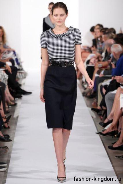 Классическая юбка-карандаш черного цвета, длиной до колен в тандеме с блузой черно-белого тона в клетку от Oscar de la Renta.
