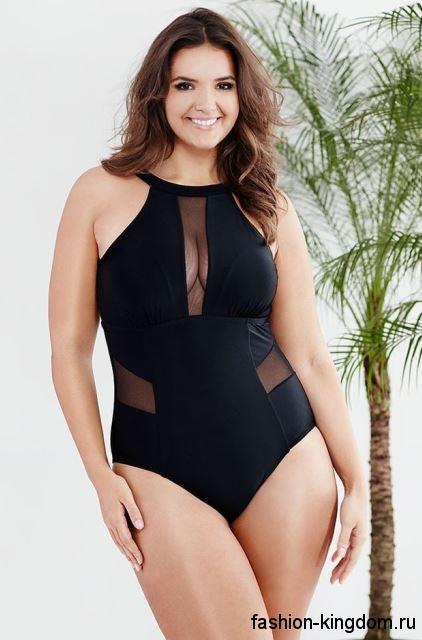 Сплошной купальник черного цвета, с полупрозрачными вставками для полных девушек.