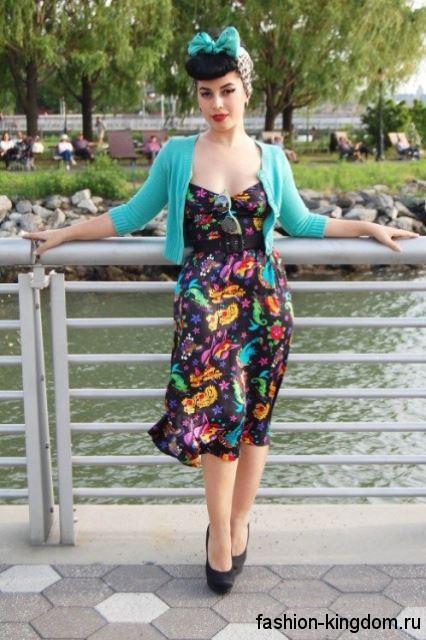Атласное ретро платье черного тона с разноцветными вставками, приталенного фасона, с широким пояском.