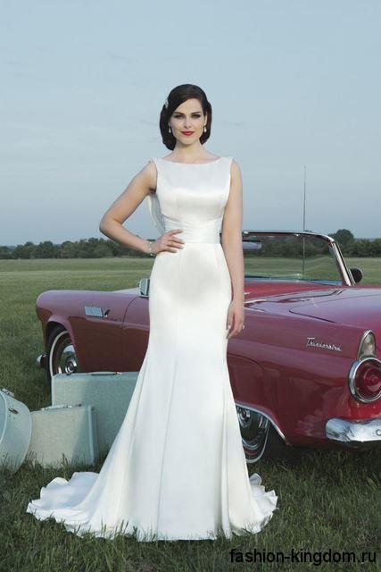 Длинное свадебное ретро платье белого цвета, со шлейфом и акцентом на талии, без рукавов.