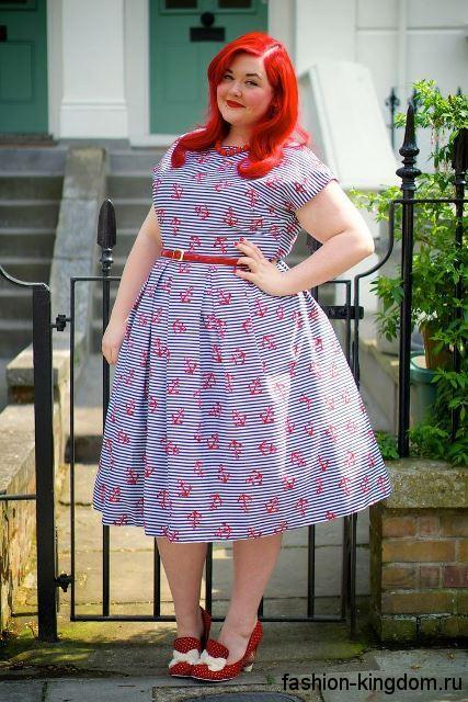 Ретро платье длиной миди, бело-синего цвета в полоску с красным принтом, с короткими рукавами для полных девушек.