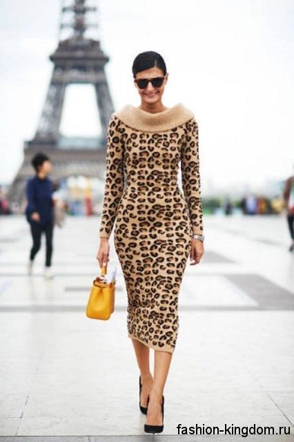 Осеннее ретро платье леопардовой расцветки, приталенного фасона, длиной миди, с длинными рукавами.