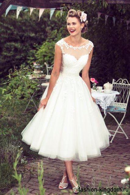Свадебное белое платье в стиле ретро с пышной юбкой и ажурными вставками, длиной ниже колен.