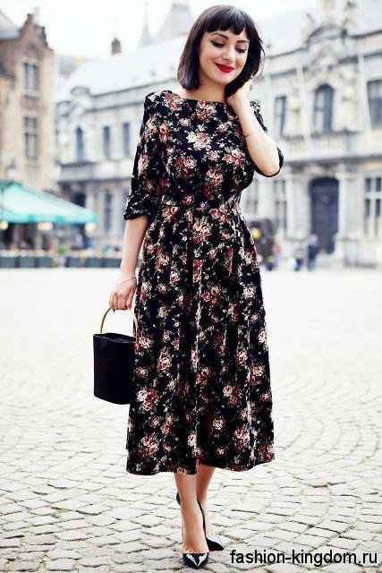 Ретро платье черного тона с цветочным принтом, длиной миди, с рукавами до локтей.