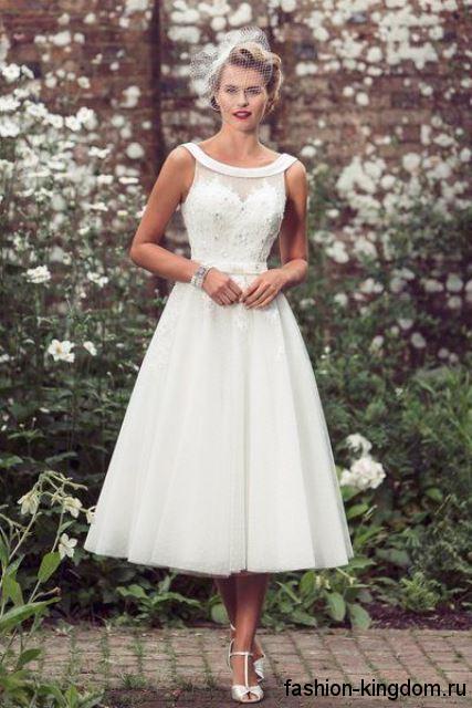 Белое свадебное ретро платье без рукавов, длиной миди, с пышной юбкой и ажурным верхом.
