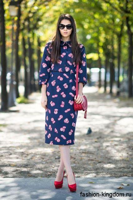 Повседневное ретро платье синего тона с розовым принтом, прямого кроя, с рукавами три четверти.
