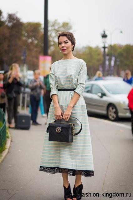 Вечернее ретро платье светло-бирюзового цвета в белую полоску, длиной ниже колен, с рукавами три четверти.