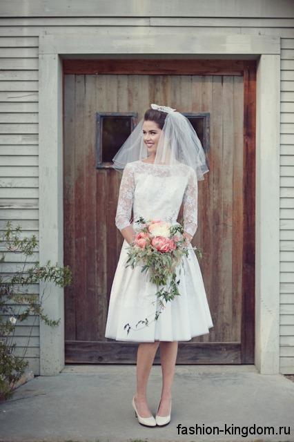 Короткое свадебное платье в стиле ретро, белого цвета, с ажурными рукавами.