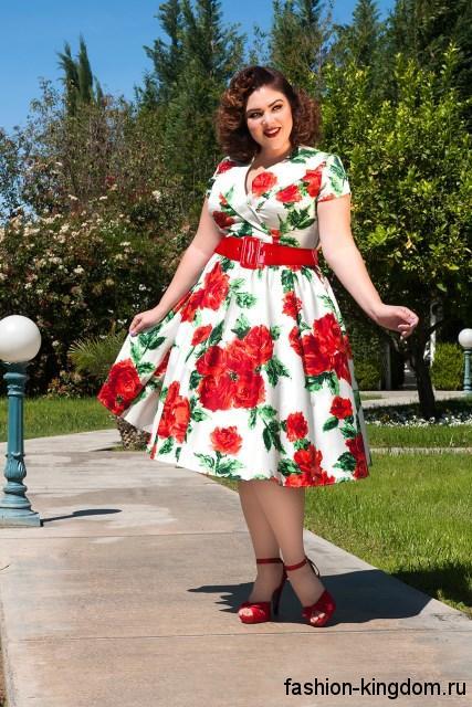 Пышное ретро платье белого тона с цветочным рисунком, длиной до колен, с короткими рукавами и широким поясом для полных женщин.