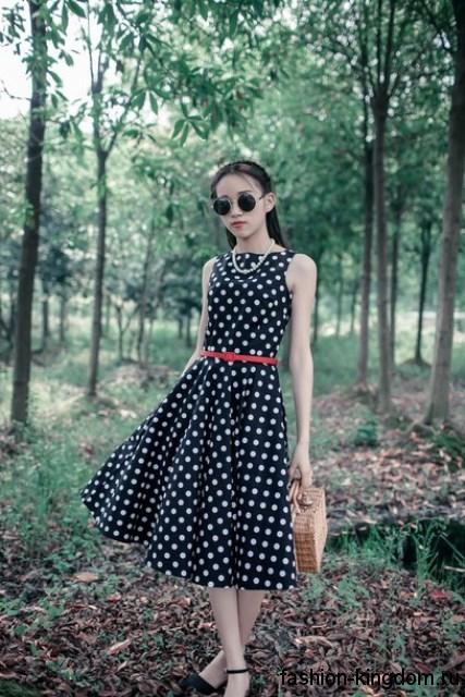 Ретро платье черного цвета в белый горошек, с пышной юбкой длиной миди, без рукавов.