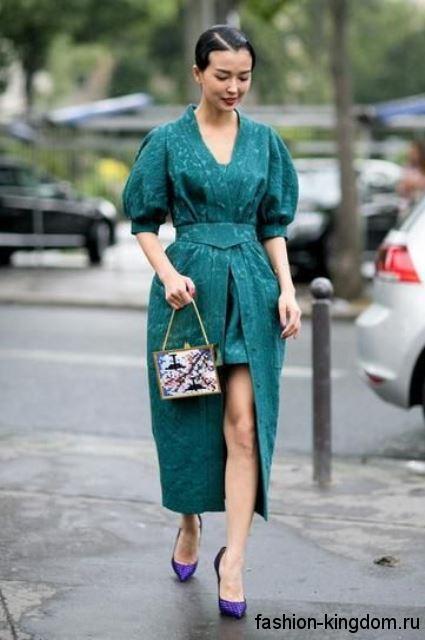 Длинное платье в стиле ретро бирюзового цвета, с высоким разрезом и объемными рукавами до локтей.