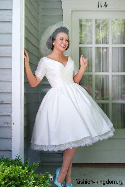 Свадебное ретро платье белого цвета, с пышной юбкой, приталенным верхом и короткими рукавами.