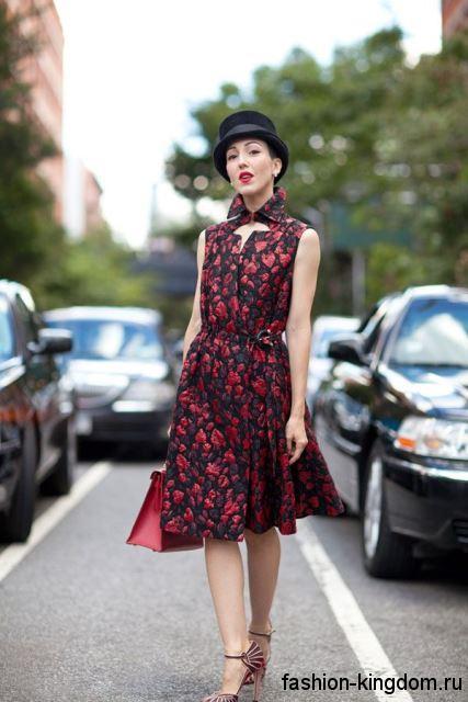 Платье в стиле ретро черно-красного цвета, длиной до колен, без рукавов, с акцентом на талии.