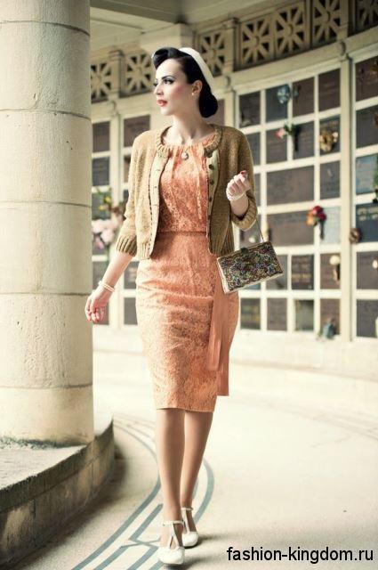 Ажурное ретро платье персикового цвета, приталенного кроя, длиной миди.