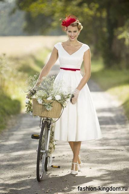 Свадебное белое ретро платье длиной миди, с V-образным вырезом, короткими рукавами и тонким красным пояском.