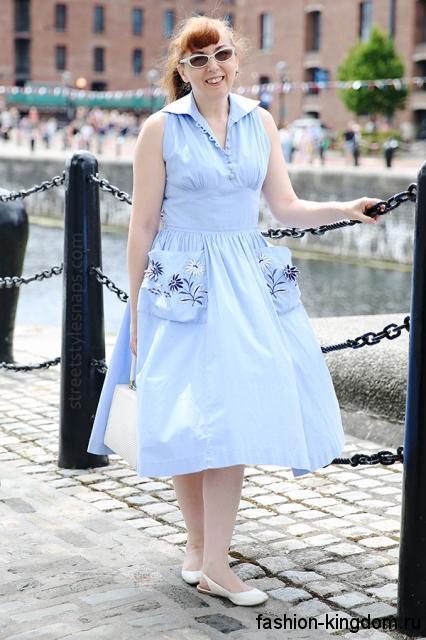 Летнее ретро платье голубого цвета, длиной миди, без рукавов, с накладными карманами для полных женщин.