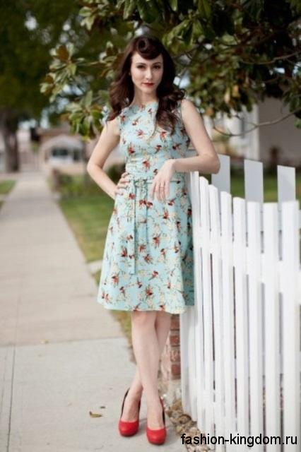 Летнее ретро платье голубого тона с цветочным принтом, без рукавов, длиной до колен.