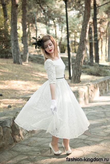 Пышное свадебное платье в стиле ретро, белого цвета, с ажурной отделкой и рукавами до локтей.