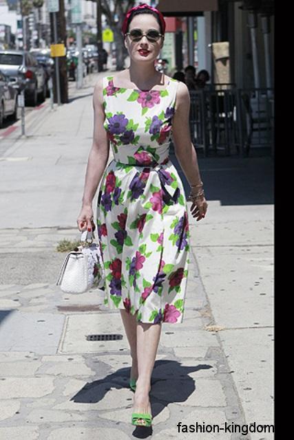 Повседневное платье белого тона с цветочным принтом, длиной миди, без рукавов.