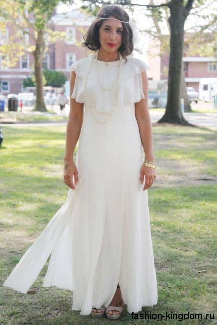 Длинное свадебное платье в стиле ретро, белого цвета, с оборками и высокими разрезами, без рукавов.