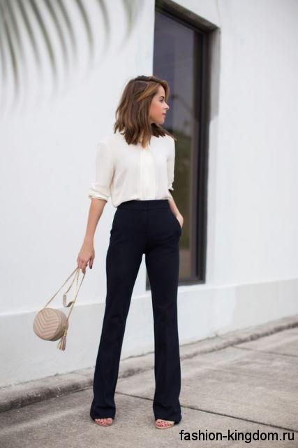 Офисные брюки черного цвета, расклешенного фасона, с высокой талией для фигуры треугольник.