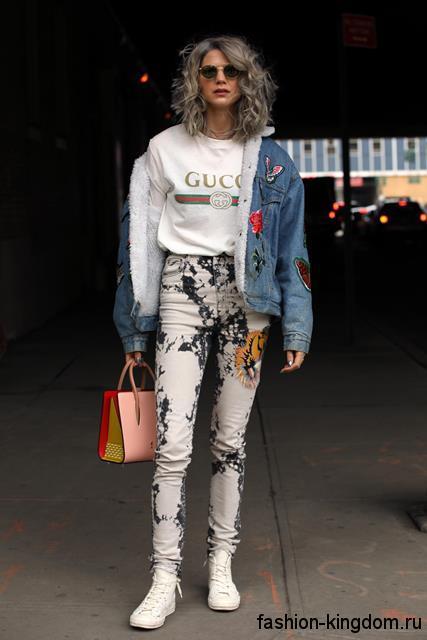 Утепленная джинсовая куртка светло-синего оттенка, с нашивками и накладными карманами для фигуры треугольник.