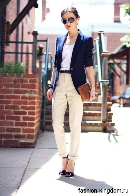 Классические брюки бежевого цвета, со стрелками, высокой талией и тонким коричневым ремешком для фигуры треугольник.