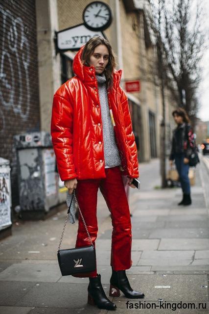 Зимний пуховик красного цвета, объемного фасона, с капюшоном, на молнии и пуговицах для фигуры треугольник.