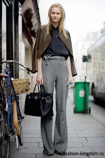 Осенние брюки серого цвета, расклешенного кроя, с высокой талией для фигуры треугольник.