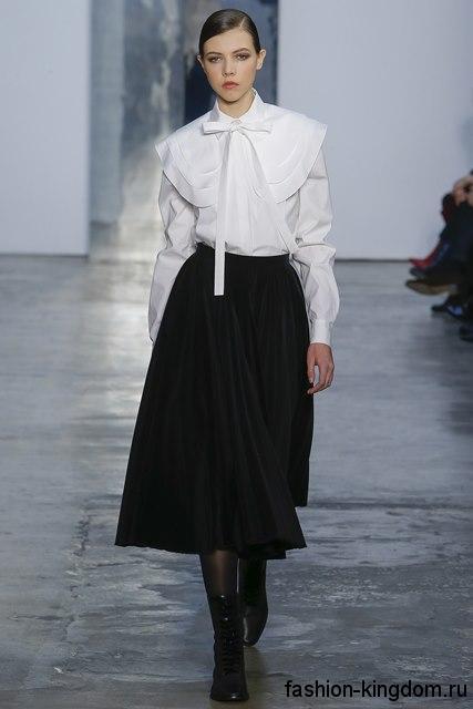 Рубашка белого цвета с длинными рукавами, широким воротником и галстуком из коллекции Carolina Herrera для фигуры треугольник.