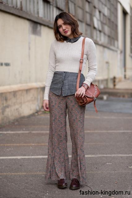 Легкие брюки серо-коричневой расцветки с мелким принтом, расклешенного фасона для фигуры перевернутый треугольник.
