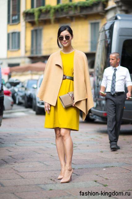Короткое пальто бежевого оттенка, трапециевидного кроя в сочетании с платьем-миди желтого цвета для фигуры перевернутый треугольник.