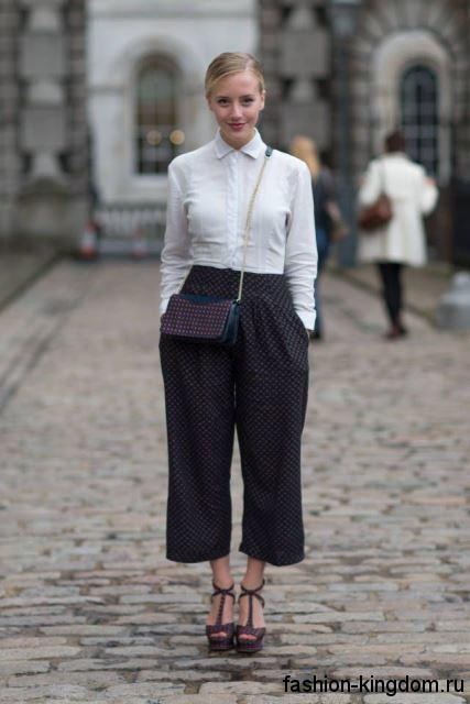 Укороченные брюки черного цвета в мелкий белый горошек, широкого прямого кроя, с завышенной талией для фигуры обратный треугольник.