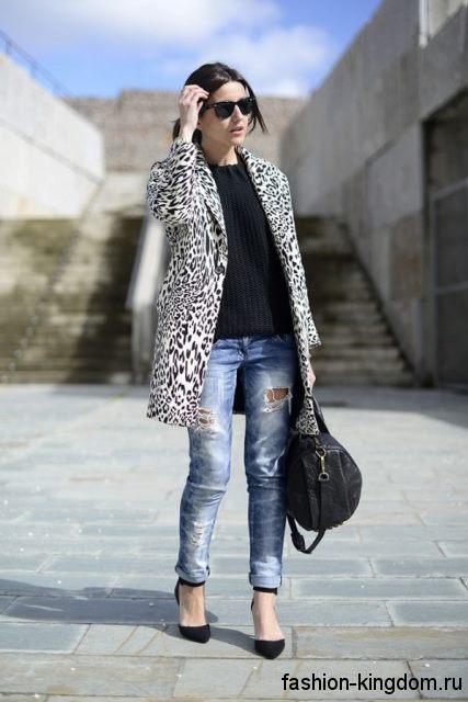 Демисезонное пальто расклешенного фасона, леопардовой расцветки, длиной выше колен для фигуры перевернутый треугольник.