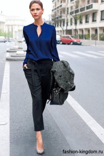 Вечерняя блузка темно-синего цвета, с длинными рукавами, расклешенного кроя, с V-образным вырезом для фигуры обратный треугольник.